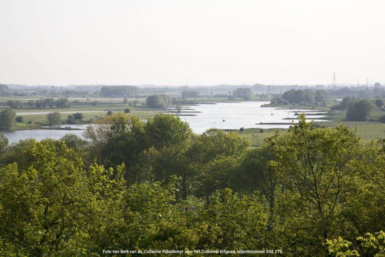 De Rijn is een belangrijke levensader van de Nederlandse economie. Het is echter ook onderdeel van een prachtig stuk Nederlandse natuur. Geniet van de zonsondergang of zonsopgang langs de uiterwaarden in Wageningen of Rhenen.  Foto van Bert van as, Collectie Rijksdienst voor het Cultureel Erfgoed, objectnummer 558.272